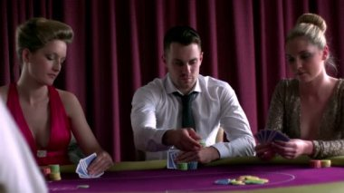 Man betting poker with two girls — Stock Video