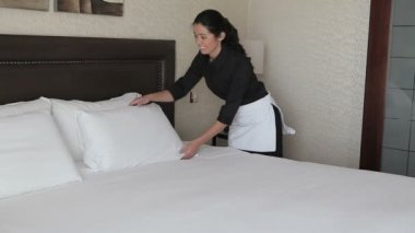 Chambermaid making the bed — Stock Video
