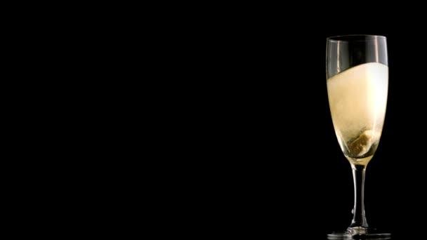 Tourbillonnant dans la flûte de champagne — Vidéo