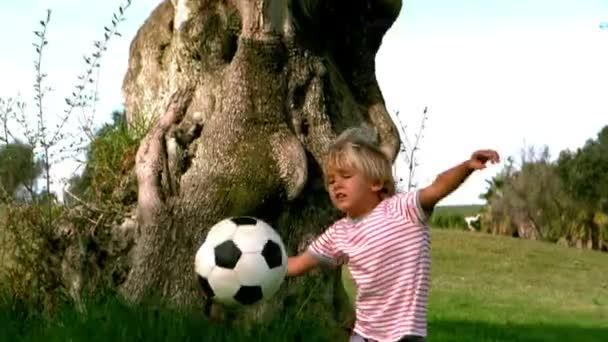 Niño jugando al fútbol — Vídeo de stock