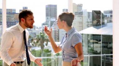 бизнес-партнеров, имеющих массивные бой — Стоковое видео