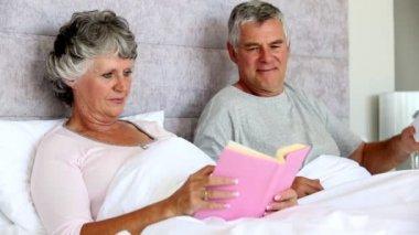 человек, давая подарок своей жене — Стоковое видео
