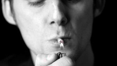 Hombre encendiendo un cigarrillo en blanco y negro — Vídeo de stock