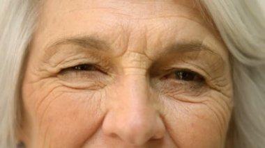 Old woman winking an eye — Stock Video