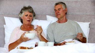 пожилые пары, наслаждаясь завтраком вместе — Стоковое видео