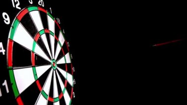 Dart hitting the bulls eye side view — Stock Video