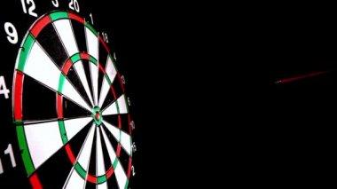 Dart hitting the bulls eye side view — Stock Video