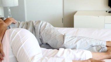 любители спящими вместе — Стоковое видео