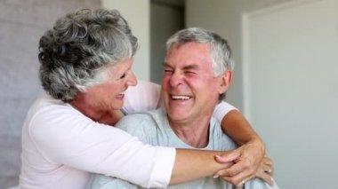 Äldre par skrattar och omfamna tillsammans — Stockvideo