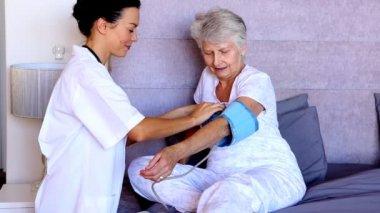 Nurse checking patients blood pressure — Stock Video