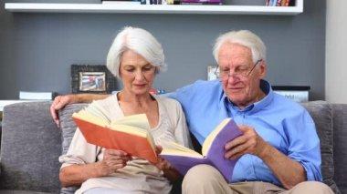 Elderly couple reading books — Stock Video