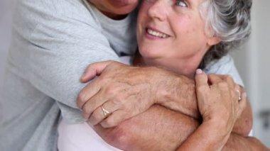 Snälla embracing och skrattande varandra — Stockvideo