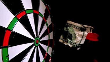 Rode dart met een notitie van de dollar het raken van de raad van bestuur — Stockvideo