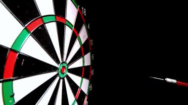 Red dart hitting the bulls eye on black background — Stock Video