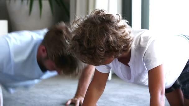 Ver hacer de padre hijo prensa ups — Vídeo de stock