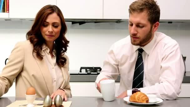 Couple chat pendant le petit déjeuner avant le travail — Vidéo