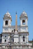 İspanyol merdivenleri ve trinita dei monti roma kilisesi — Stok fotoğraf