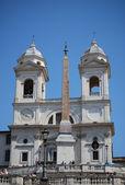 Spanska trappan och kyrkan trinita dei monti i rom italien — Stockfoto