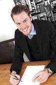 Uomo d'affari con una carta bianca — Foto Stock