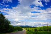 Автомобиль на пустой дороге в горах — Стоковое фото