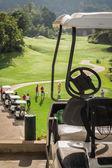 Golf club auto's bij golf veld — Stockfoto