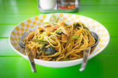 Stir fried yellow noodles with basil leaf, chili and pork — Stock Photo