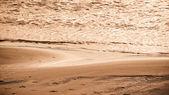 Pôr do sol quente, na praia de areia — Foto Stock