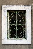 Rusty green metal window with decorative bars — Stockfoto