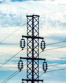 силуэт выстрел высоковольтных линий с пасмурным небом — Стоковое фото