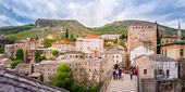 Tourists visiting the Old Bridge in Mostar — Stock Photo