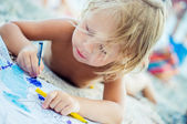 A small child draws colorful pencils — Stock Photo