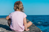 Child quietly contemplating the sea — Stock Photo