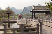 Traditional chinise bridge in Shangri la park in China — Stock Photo