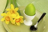 пасхальный натюрморт с нарциссами и цвет яйцо — Стоковое фото