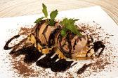 Heerlijke wafels met chocolade-ijs — Stockfoto