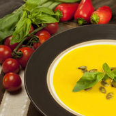 Pumpkin soup with fresh pumpkins — Stock fotografie