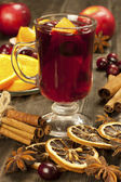 Mulled wine with slice of orange and spices — Stock Photo