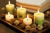 спа свечи с сушеными цветами — Стоковое фото