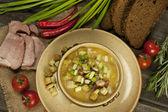 Havuç ve tencerede pastırma ile bezelye çorbası — Stok fotoğraf
