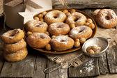 Lecker süßen donuts mit puderzucker — Stockfoto