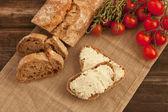 Pan tradicional recién horneado con crema de mantequilla — Foto de Stock