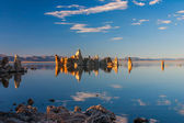Tufsteen formaties in mono lake, californië weerspiegeld in water — Stockfoto