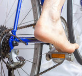 Riding a bike with bare foot. — Stock Photo