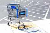 SACRAMENTO, USA - SEPTEMBER 13: Walmart shopping cart on Septemb — 图库照片