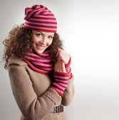 Linda mulher vestida com roupas de inverno sorrindo - fotos de estúdio — Foto Stock
