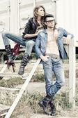 时尚情侣穿着牛仔裤和靴子构成戏剧-复古处理图像 — 图库照片