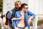 Pareja de moda atractiva usando jeans posando dramática - retro procesado imagen — Foto de Stock