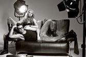 Seksowny mężczyzna i kobieta robi zdjęcie mody strzelać w profesjonalnym — Zdjęcie stockowe