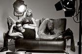 セクシーな男性と女性のファッション写真を行うプロの撮影します。 — ストック写真
