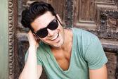 Aantrekkelijke jonge mannelijke model poseren buitenshuis — Stockfoto
